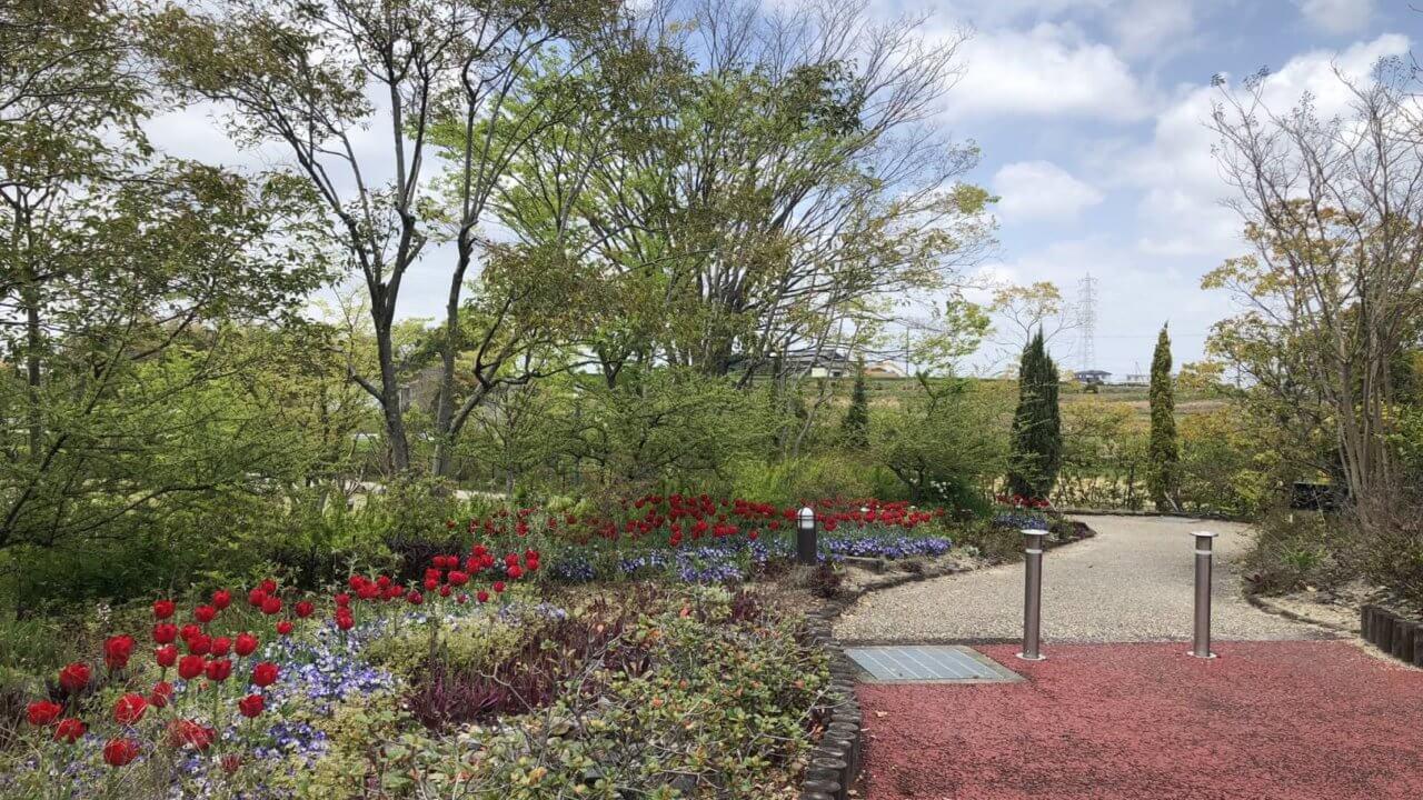 デンパーク内風景写真。花や木々が一年中楽しめる。