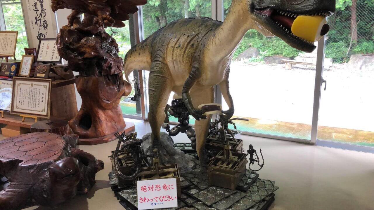 羽二重餅の古里 恐竜のインテリアもステキ