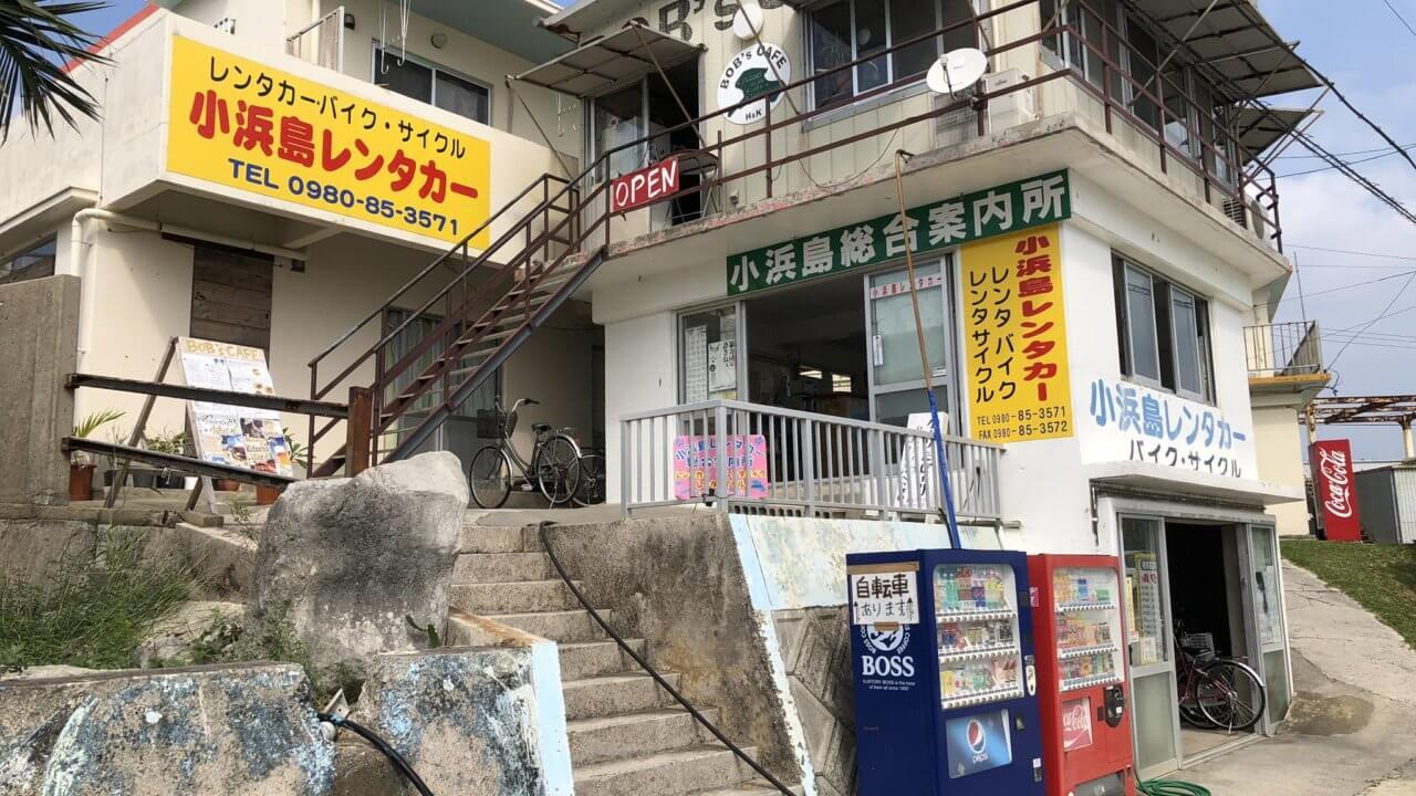 ボブズカフェの外観写真 階段を登って二階にお店がある